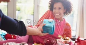 6 Momen yang Tepat Memberikan Hadiah Perhiasan Untuk Pasangan